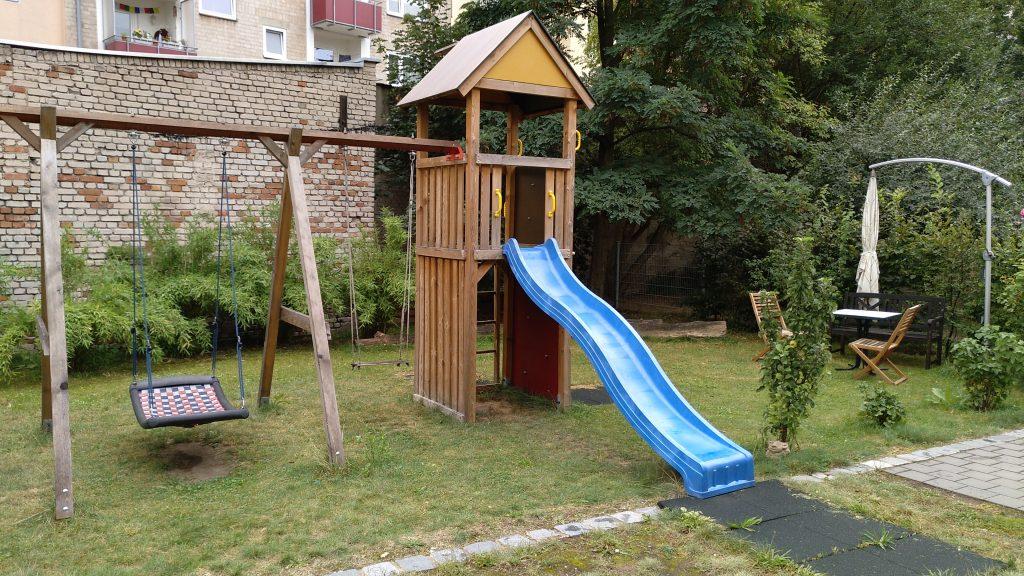 Hausansicht_Garten_Sitzplatz